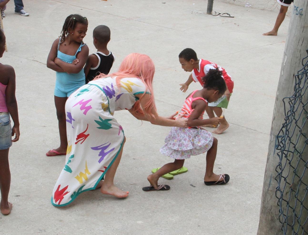 Lady Gaga a piedi nudi a Rio de Janeiro01