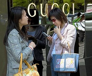 cinesi fanno shopping