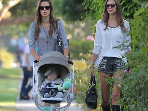Alessanda Ambrosio con la figlia Anja e il figlio Noah a Brentwood05