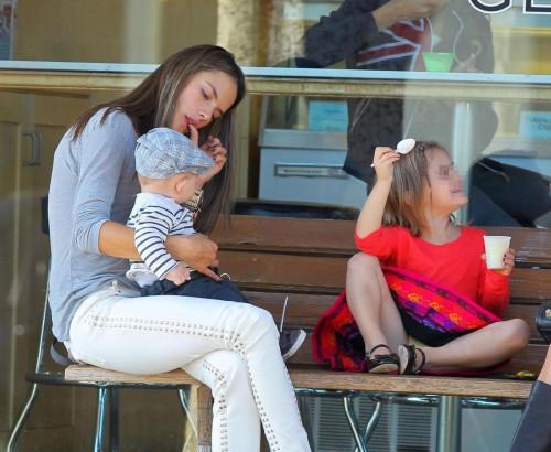 Alessanda Ambrosio con la figlia Anja e il figlio Noah a Brentwood04