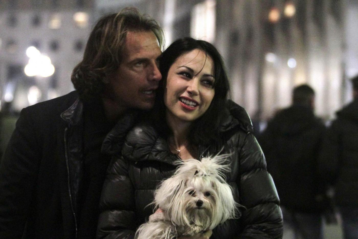 Antonio Zequila con ragazza e cagnolino a Milano01