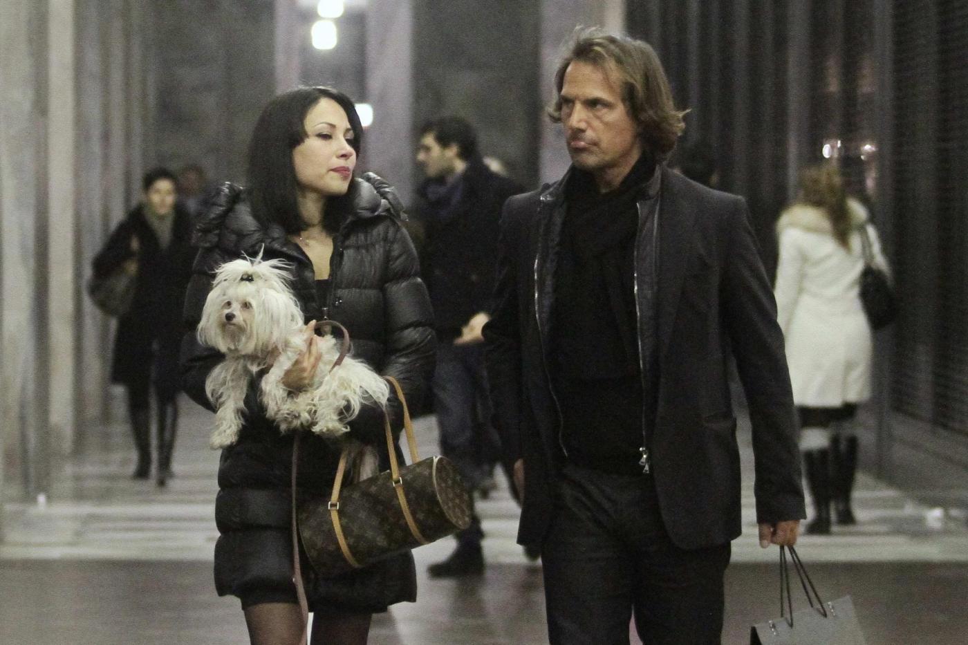 Antonio Zequila con ragazza e cagnolino a Milano02