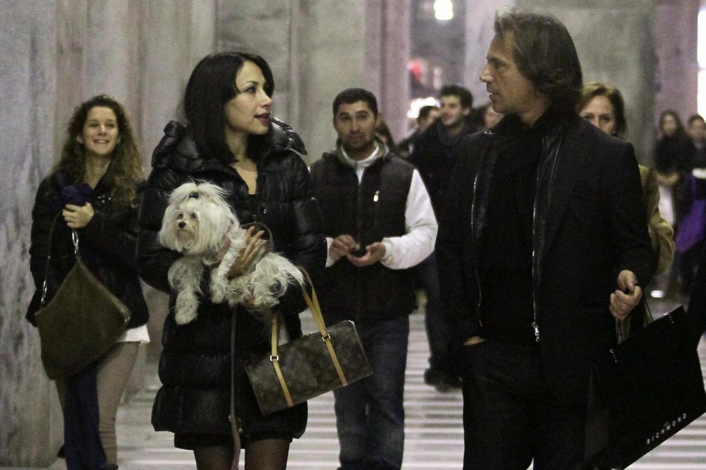 Antonio Zequila con ragazza e cagnolino a Milano03