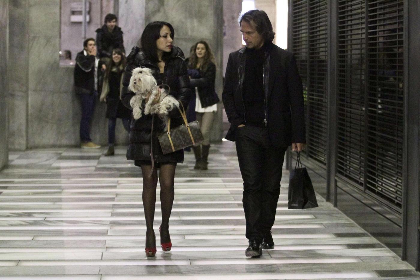 Antonio Zequila con ragazza e cagnolino a Milano04