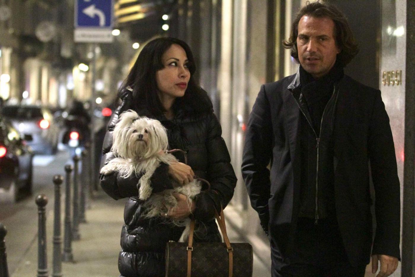 Antonio Zequila con ragazza e cagnolino a Milano6