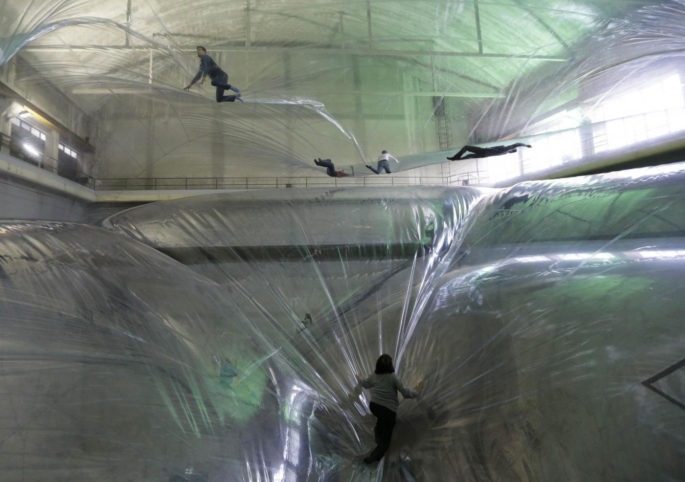 Milano, la bolla dell'artista argentino Tomás Saraceno04