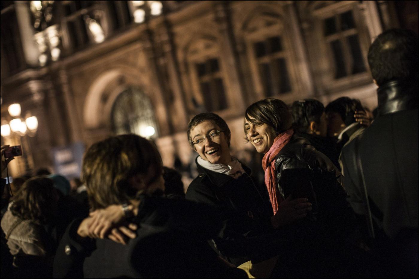 Coppie gay riunite davanti al municipio 03