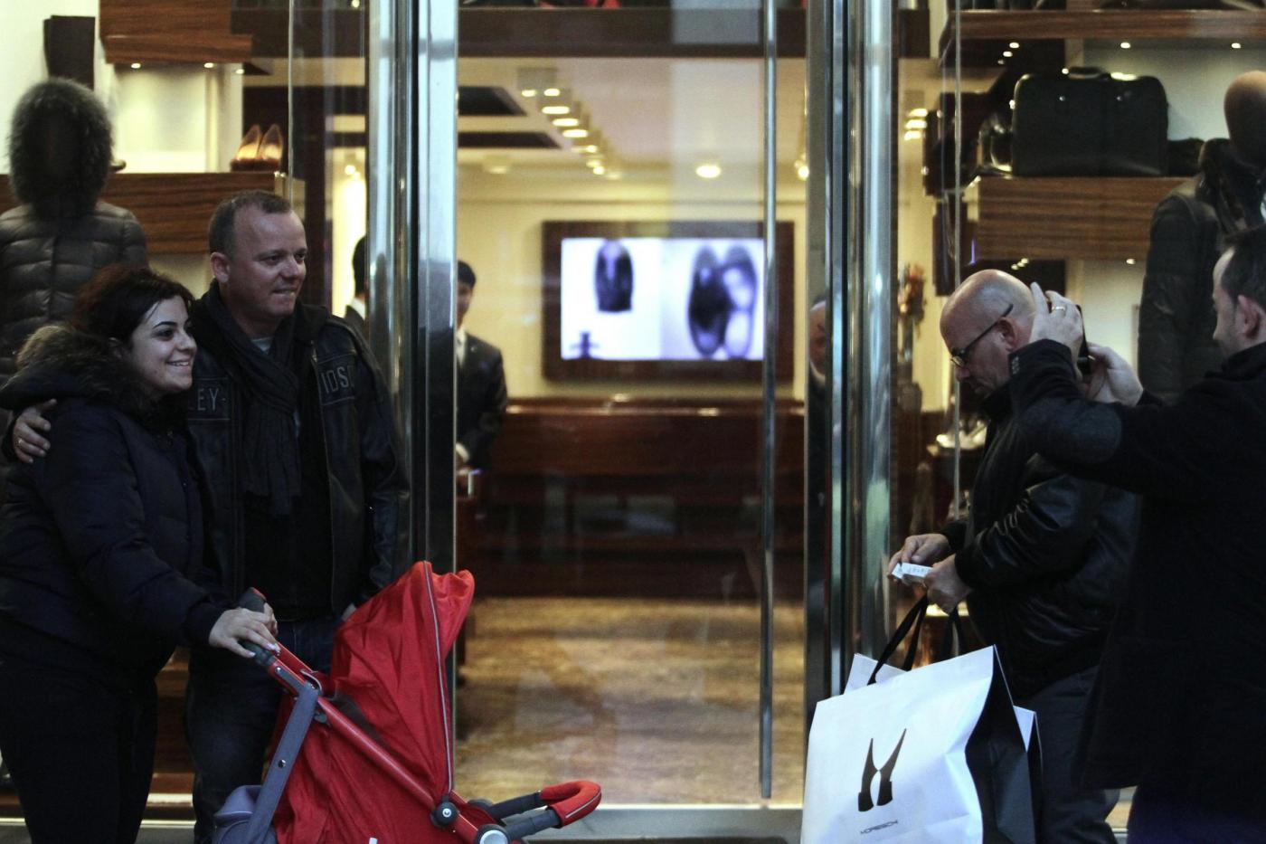 Shopping per Gigi D'Alessio alla Boutique Moreschi di Milano04