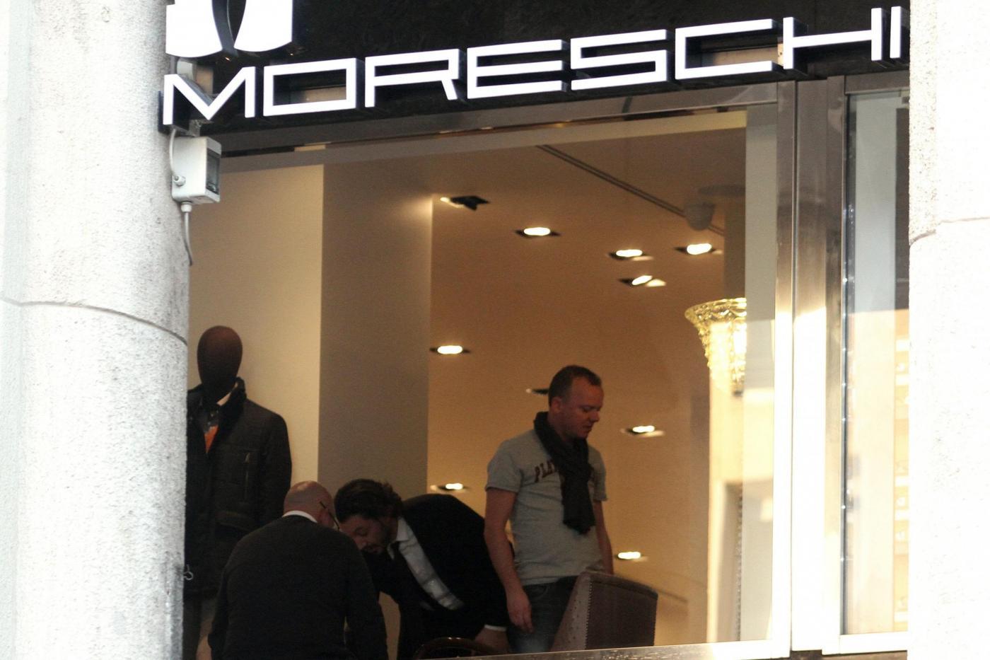 Shopping per Gigi D'Alessio alla Boutique Moreschi di Milano08