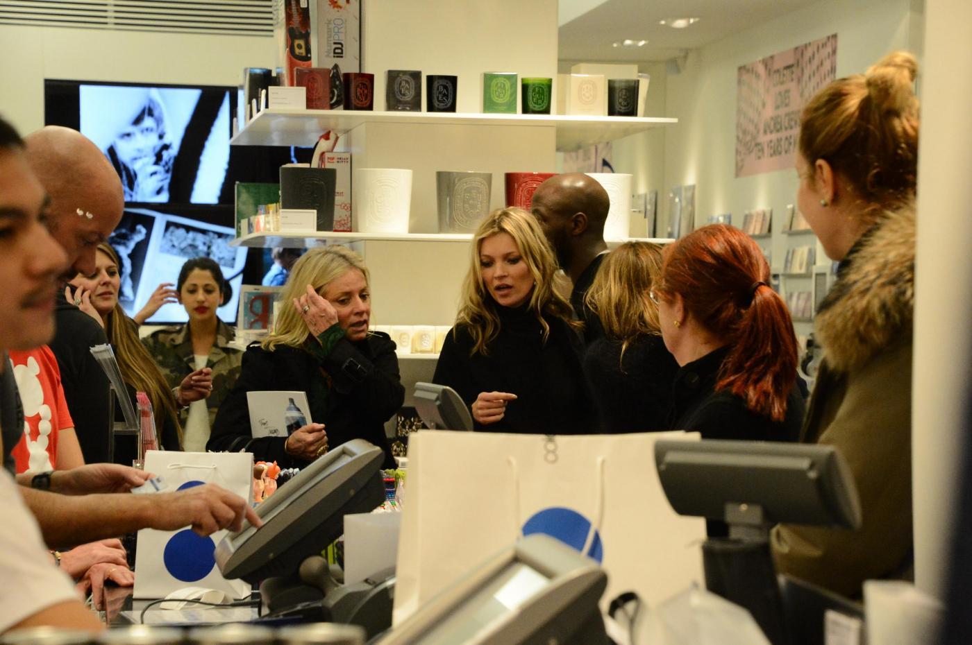 Kate Moss alla stazione di Parigi02