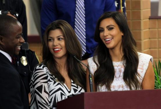 Kim e Kourtney Kardashian ricevono le chiavi di Miami01