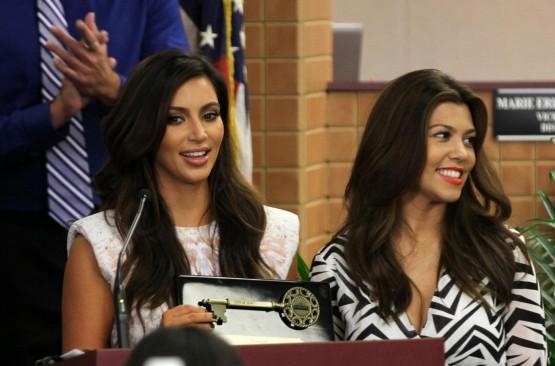 Kim e Kourtney Kardashian ricevono le chiavi di Miami02