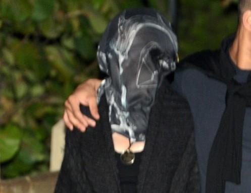 Madonna coperta da un velo a spasso col fidanzato05
