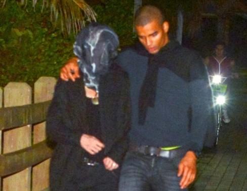 Madonna coperta da un velo a spasso col fidanzato03