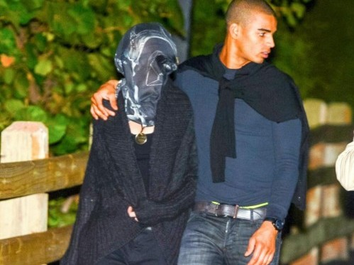 Madonna coperta da un velo a spasso col fidanzato02