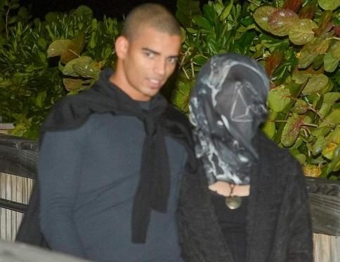Madonna coperta da un velo a spasso col fidanzato01
