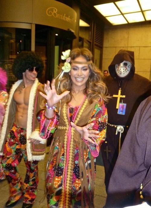 Jennifer Lopez e Casper Smart in costumi hippy per Halloween