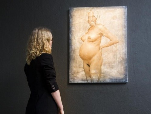 Sienna Miller, nuda e incinta nel ritratto di Jonathan Yeo01