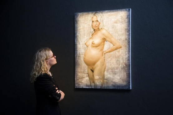 Sienna Miller, nuda e incinta nel ritratto di Jonathan Yeo03