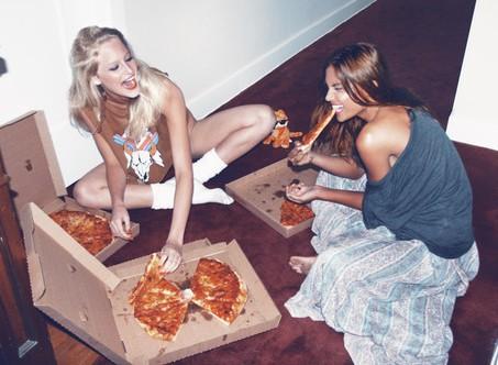 mangiare pizza con le mani