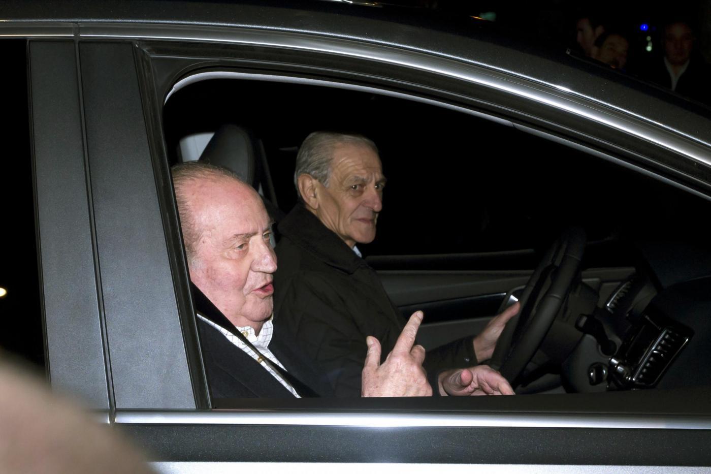 Re Juan Carlos lascia l'ospedale01