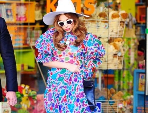 Lady Gaga, coloratissima fa shopping da Kitson Kids05