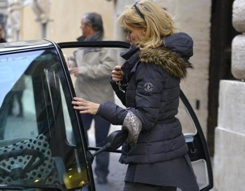 Roma, Nancy Brilli parcheggio sul marciapiede05