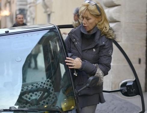 Roma, Nancy Brilli parcheggio sul marciapiede03
