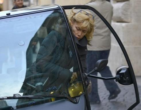 Roma, Nancy Brilli parcheggio sul marciapiede01