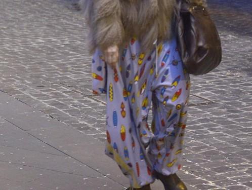 Paola Barale, shopping a Roma con i calzoni da clown 04