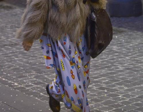 Paola Barale, shopping a Roma con i calzoni da clown 03