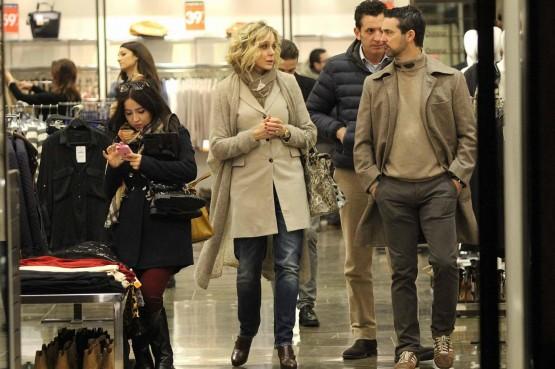 Roma, Brigitta Boccoli shopping con il compagno e il figlio06