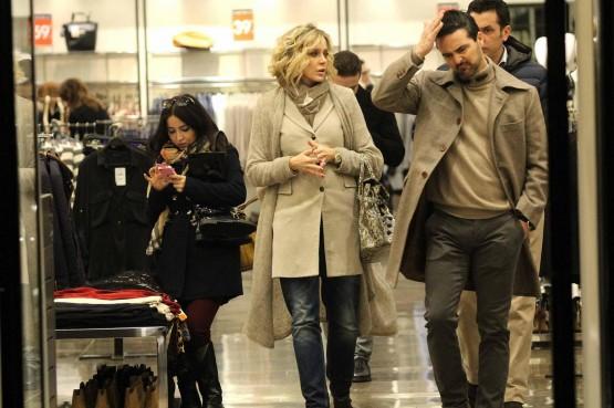 Roma, Brigitta Boccoli shopping con il compagno e il figlio05