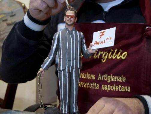 Fabrizio Corona diventa una statuina del presepe napoletano03