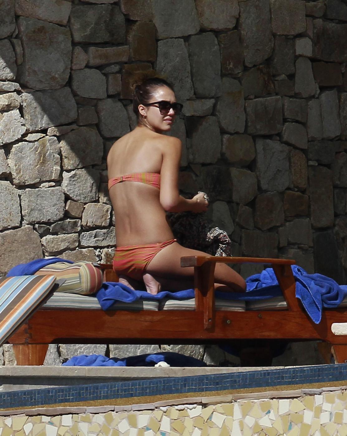 Jessica Alba in spiaggia a Cabo San Lucas09