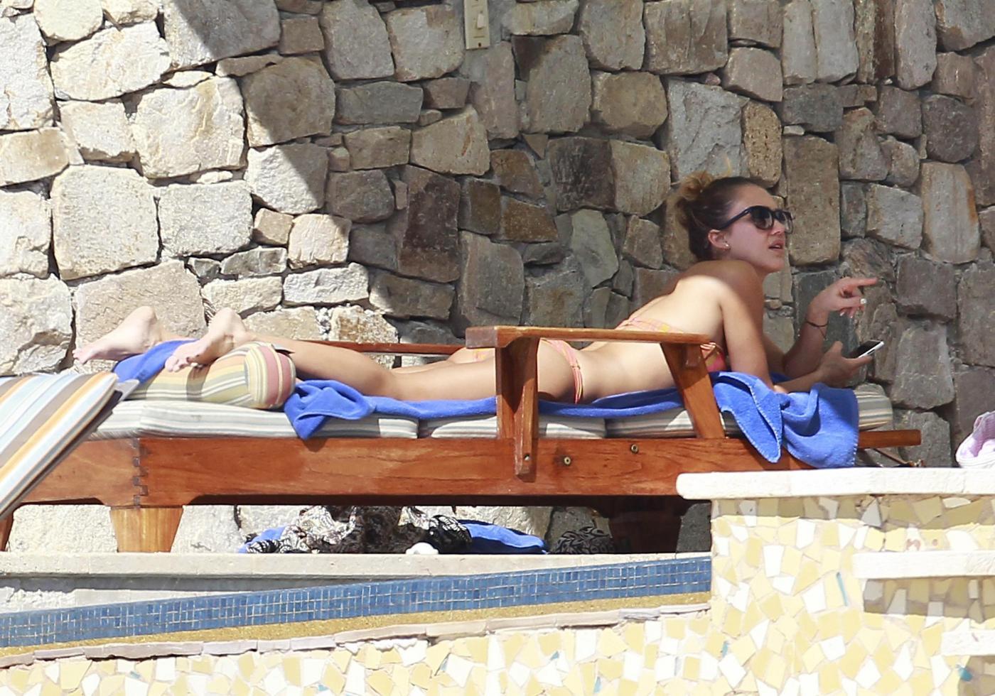 Jessica Alba in spiaggia a Cabo San Lucas08