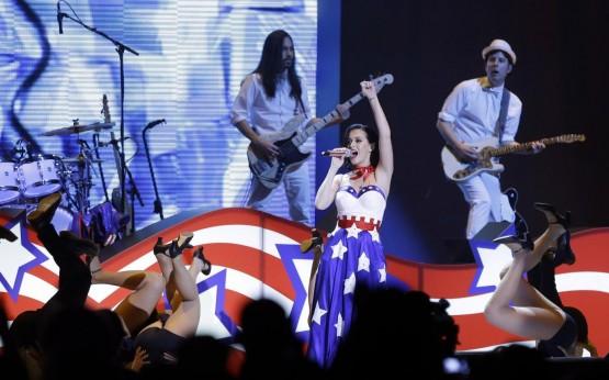 Katy Perry canta per Obama con l'abito a stelle e strisce 04