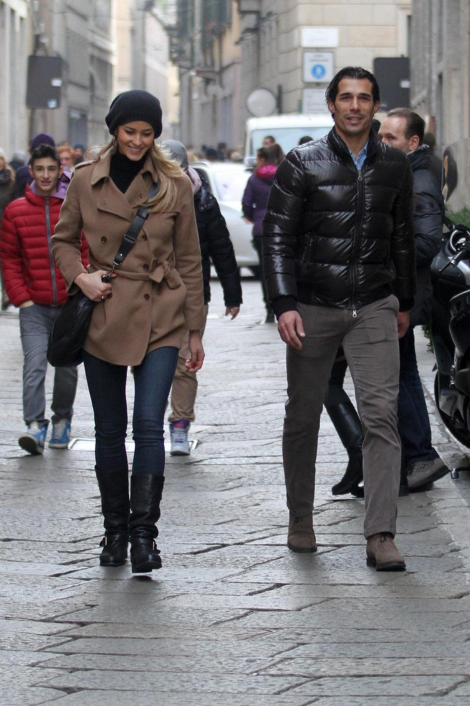 Elena Santarelli e Bernardo Corradi shopping a Milano008