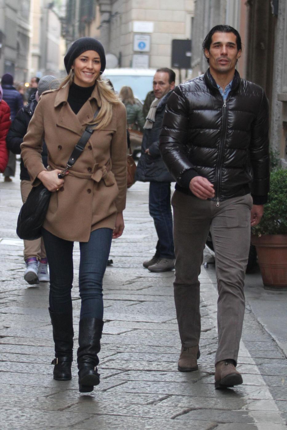 Elena Santarelli e Bernardo Corradi shopping a Milano007