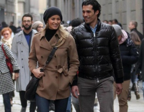 Elena Santarelli e Bernardo Corradi shopping a Milano02