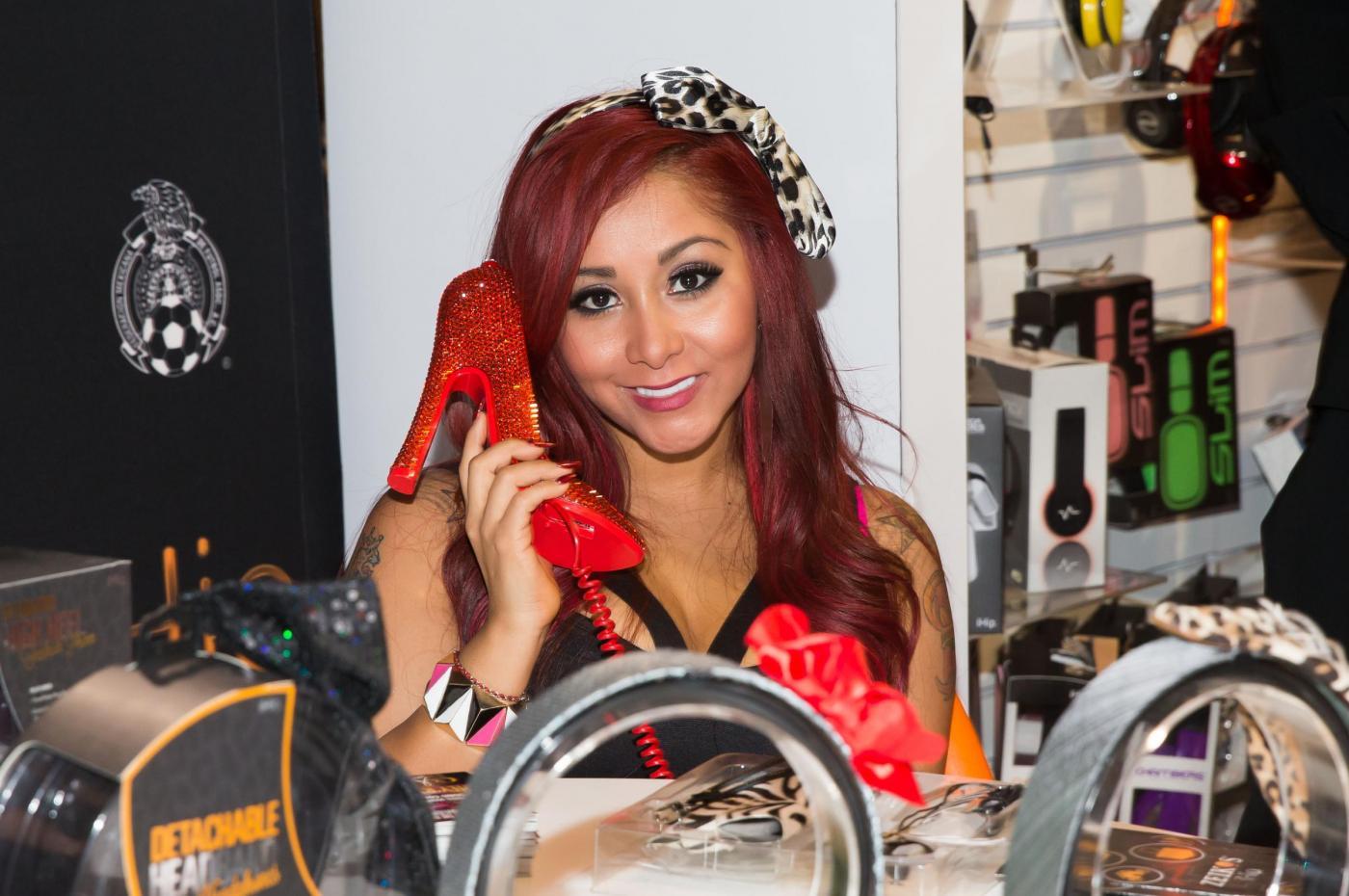 Nicole Polizzi si dedica al design di telefoni01