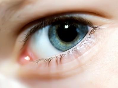 Trapianto di cornea artificiale salva la vista a un bimbo di 7 anni