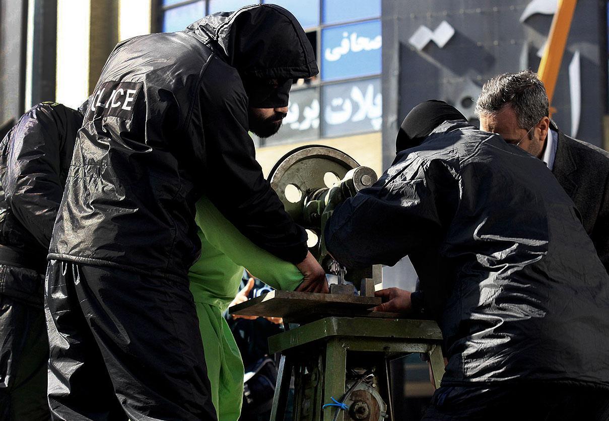 Iran, amputazione pubblica delle dita per un ladro01