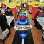 I robot che servono al ristorante in Cina 02