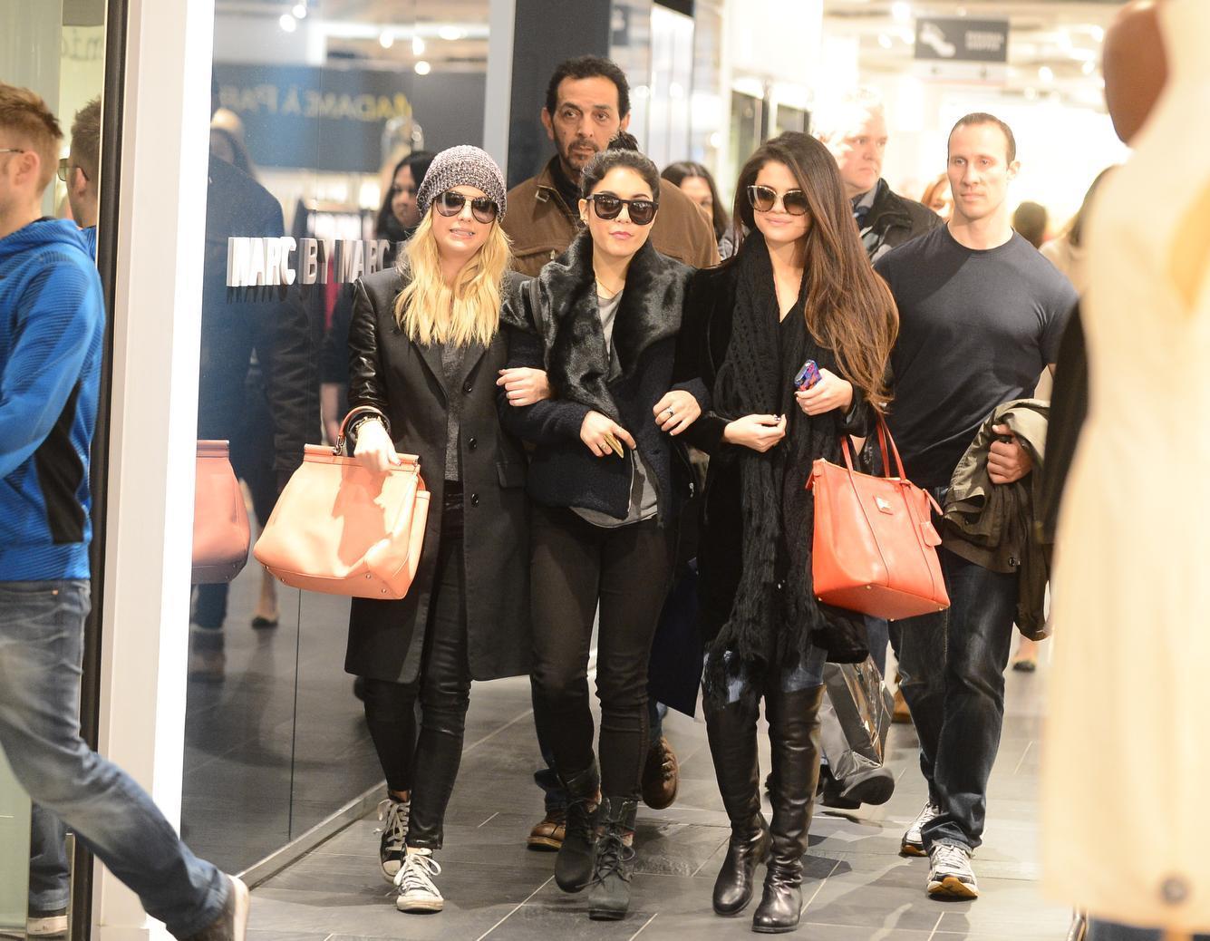 Il cast femminile di 'Spring Breakers' per shopping a Parigi05