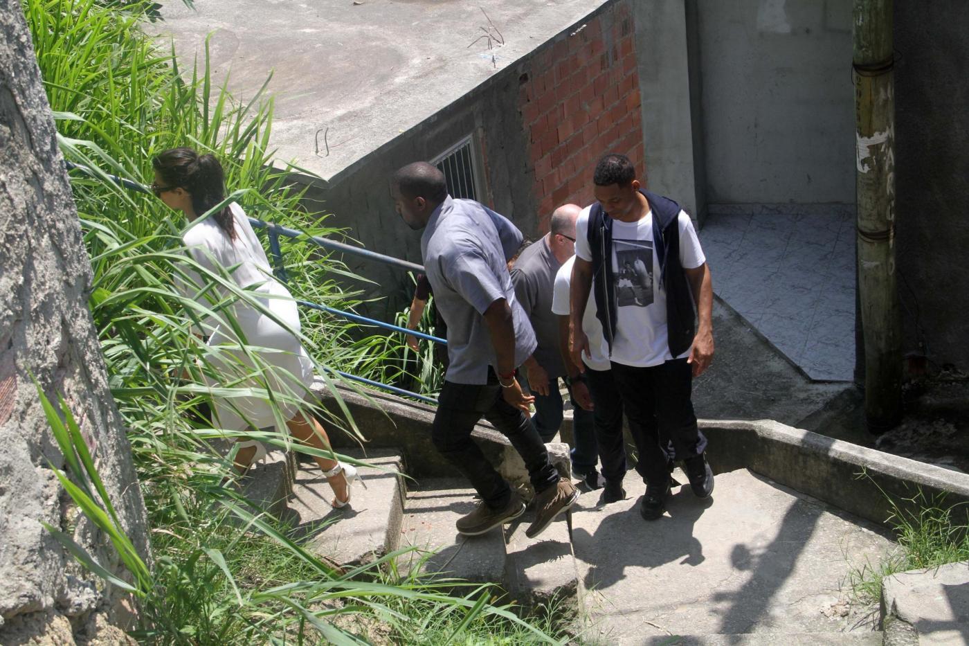 Kim Kardashian, Kanye West e Will Smith visitano baraccopoli di Rio08
