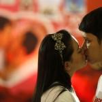 San Valentino, il bacio più lungo: nove coppie si sfidano in Thailandia06