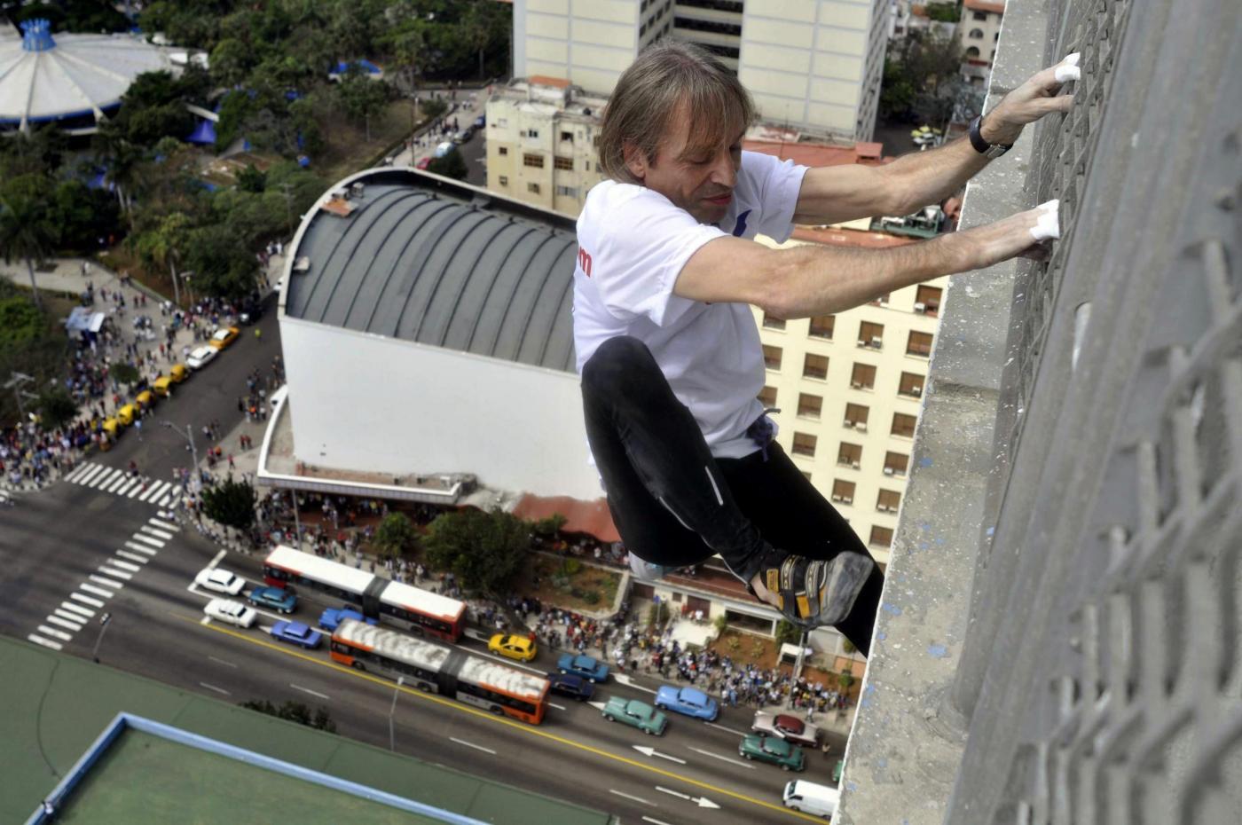Alain Robert scala un hotel a Cuba03