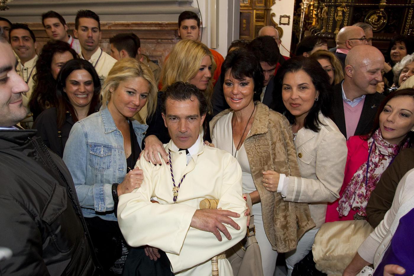 Antonio Banderas tunica bianca e croce sul petto alla processione di Malaga03