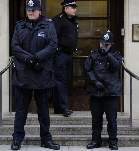 Poliziotto gigante e la poliziotta bambina03